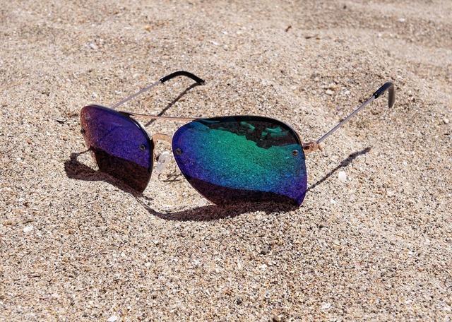 sunglasses-2523803_1920.jpg